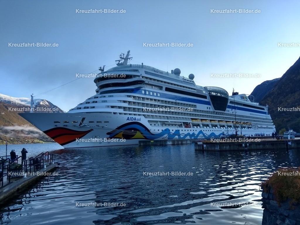 AIDAsol im Fjord vor Andalsnes | AIDAsol liegt im Hafen von Andalsnes