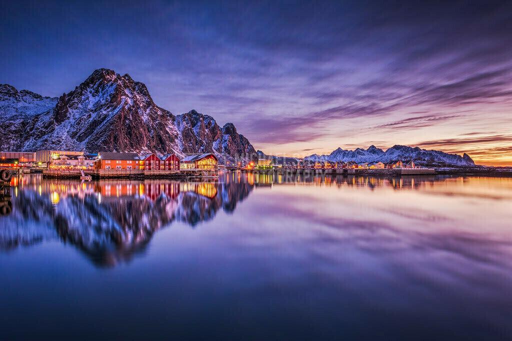 Norwegen - Svolvaer im Sonnenaufgang | Die Häuser bei Svolvaer bei einem farbenfrohen Sonnenaufgang auf den Lofoten Norwegen