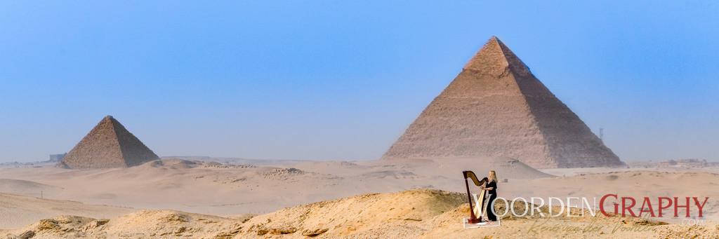 Evelyn Huber (Harfe) vor den Pyramiden von Gizeh