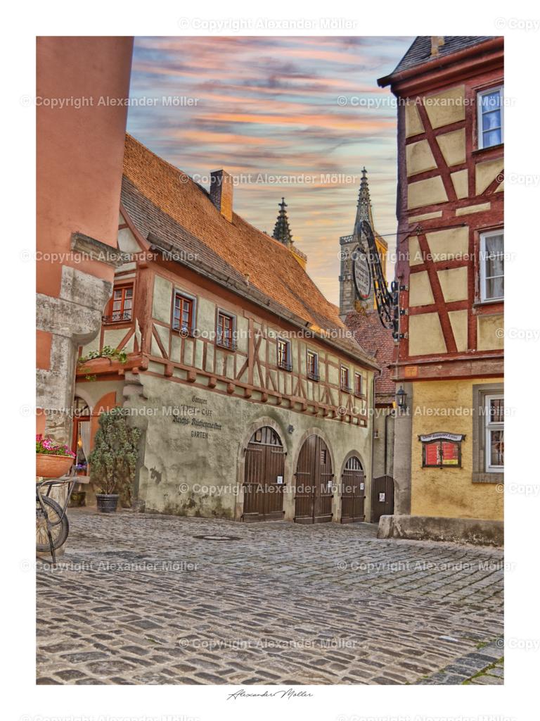 Rothenburg ob der Tauber No.4 | Dieses Werk zeigt ein herrliches Motiv innerhalb der Rothenburger Altstadt. Enge Gassen und urtümliche Häuser in der Kreuzung Heugasse, Eckele, Sülzengäßchen und Küblersgäßchen.