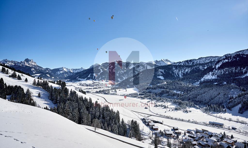 Blick ins Tannheimer Tal während des Ballonfestivals, Tannheimer Tal, Tirol, Österreich