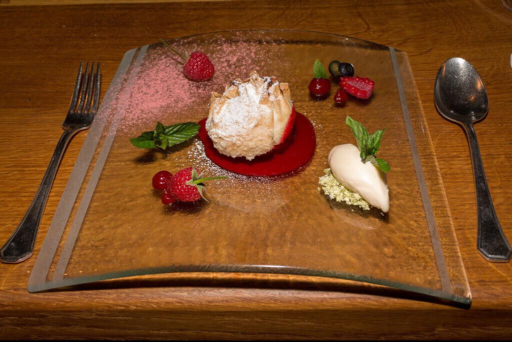Nachtisch Eis und Beeren