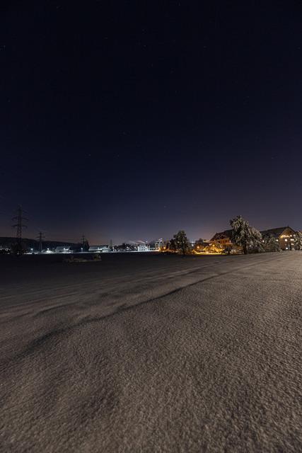 Lichter der Nacht 1 | Winterlandschaft am Ortsausgang, die warmen Lichter erhellen die Nacht.