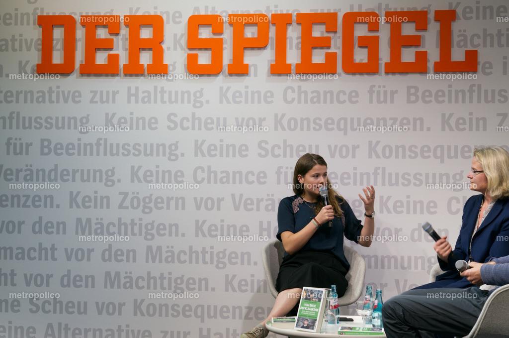 Luisa Neubauer im Gespräch mit SPIEGEL-Redakteurin Annete Bruhns auf der Frankfurter Buchmesse (3)