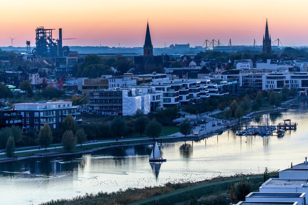JT-181010-200 | Der Phoenix-See im Dortmunder Stadtteil Hörde, ein künstlich angelegter See auf dem ehemaligen Stahlwerksareal Phoenix-Ost, Wohnbebauung, Naherholungsgebiet, Gastronomie, Sonnenuntergang,