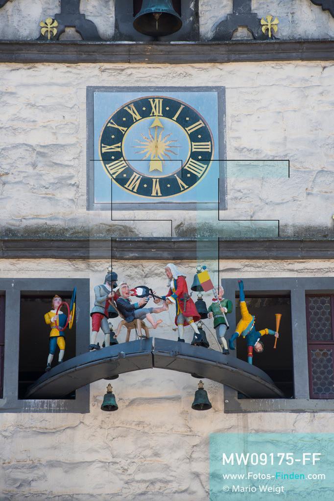 MW09175-FF | Deutschland | Niedersachsen | Hannoversch Münden | Reportage: Reise entlang der Weser | Das Doktor-Eisenbart-Glockenspiel im Rathaus erklingt täglich um 12, 15 und 17 Uhr. Das Gebäude im Stil der Weserrenaissance wurde zwischen 1603 und 1608 erbaut. Johann Andreas Eisenbart war Wanderfriseur, Augenarzt und ist heute die Symbolfigur von Hann. Münden. Auch die Deutsche Märchenstraße führt durch die Dreiflüssestadt.  ** Feindaten bitte anfragen bei Mario Weigt Photography, info@asia-stories.com **