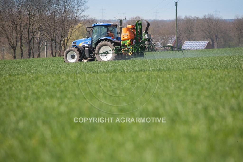 20100417-IMG_5636   Feldspritze im jungen Getreidebestand