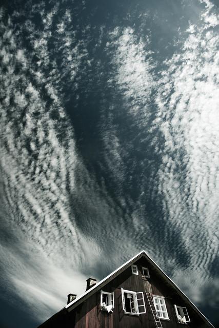 Haus in Kleiniser mit Cirruswolken