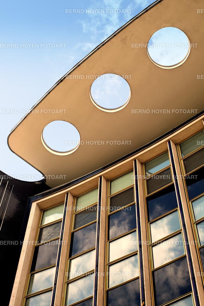 sunny holes | Foto einer modernen Hausfassade in Berlin, Deutschland / digital leicht nachbearbeitet. | Photo of a modern house facade in Berlin, Germany / digitally slightly reworked.