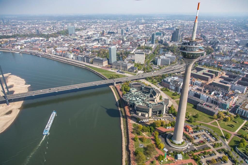JT-170420-111 | Düsseldorf, NRW Landtags Gebäude am Rhein, Rheinkniebrücke, Rheinturm,