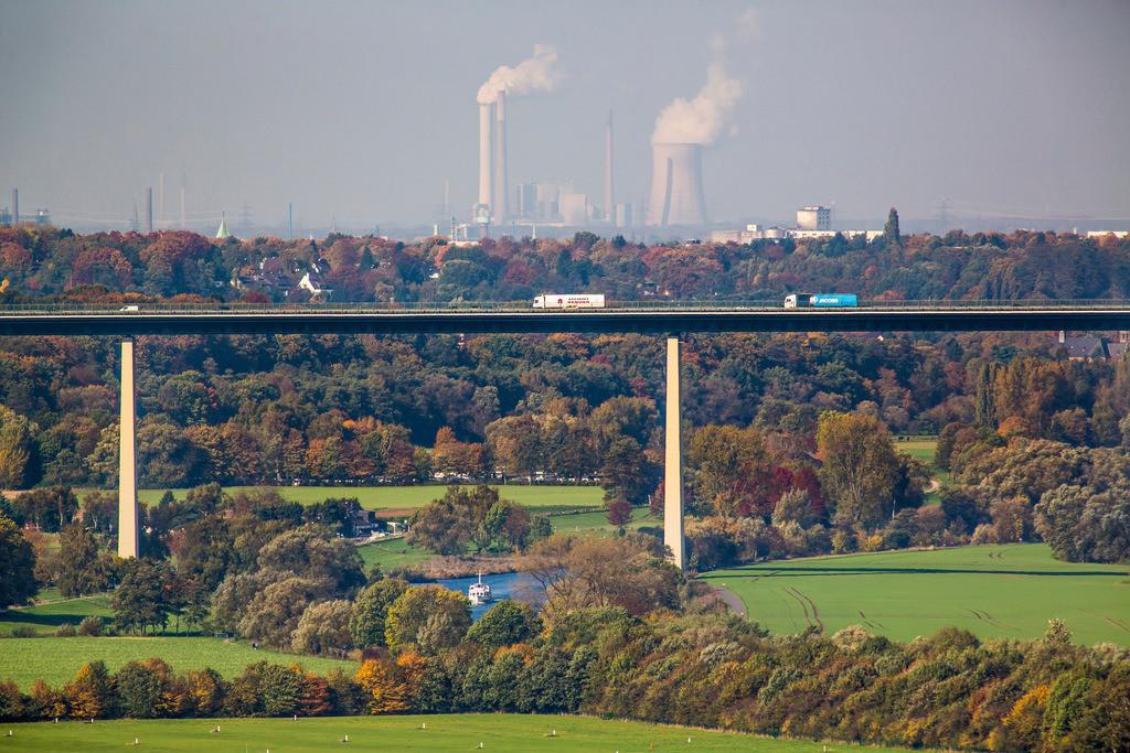 JT-131022-5811 | Mülheim an der Ruhr,  Ruhrtalbrücke, Autobahnbrücke der A52, Ausflugsboot der Weissen Flotte auf der Ruhr, Industriekulisse von Duisburg, Kraftwerk Kühlturm