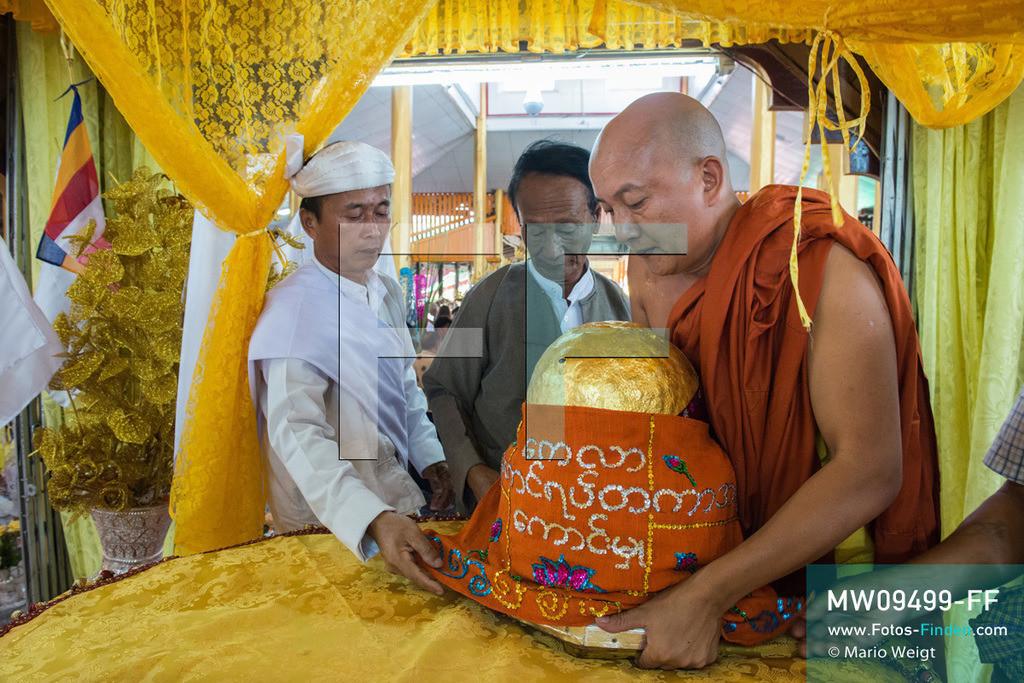 MW09499-FF | Myanmar | Nyaung Shwe | Reportage: Phaung Daw U Fest | Ein buddhistischer Mönch hat die Ehre den ersten der vier goldenen Buddha-Statuen auf dem Altar eines Dorfklosters auf dem Inle-See zu platzieren.   ** Feindaten bitte anfragen bei Mario Weigt Photography, info@asia-stories.com **