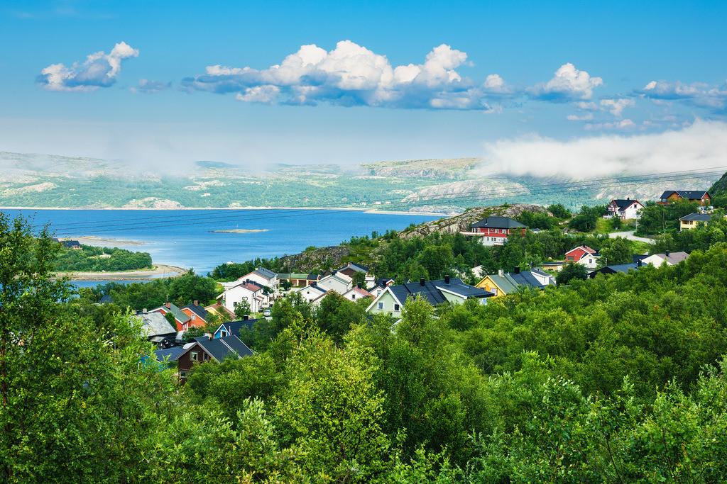 Blick auf Kirkenes am Varangerfjord in Norwegen   Blick auf Kirkenes am Varangerfjord in Norwegen.