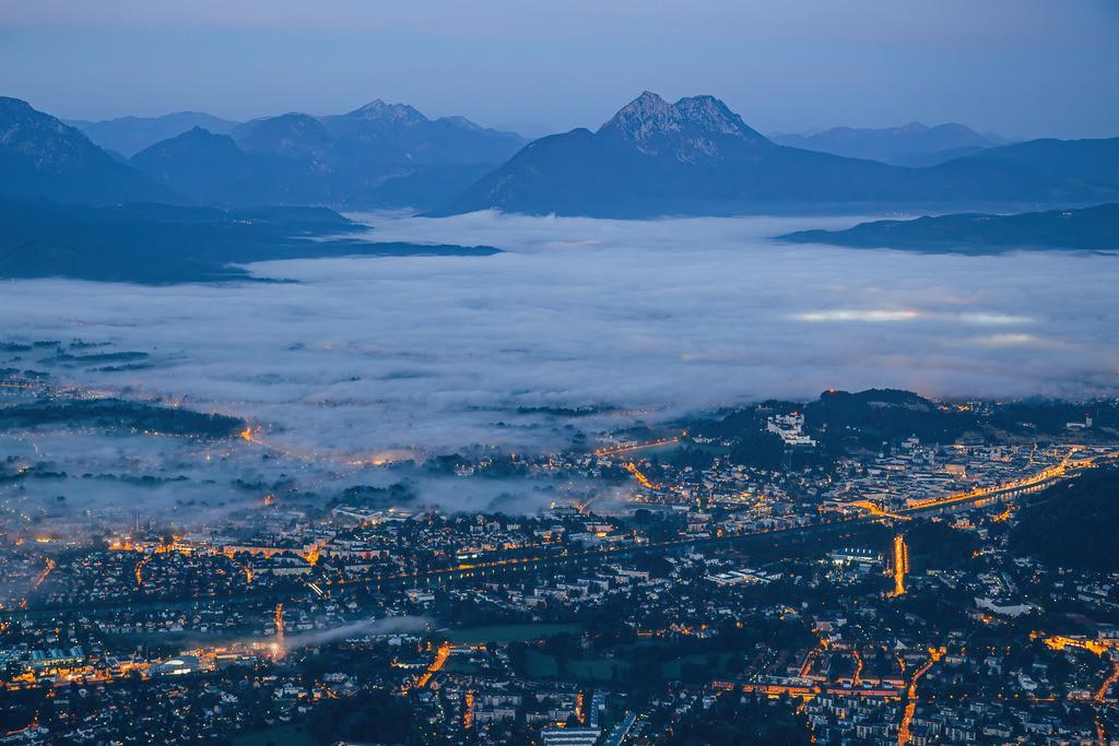 Blick auf Salzburg vor Sonnenaufgang   Blick auf Salzburg vor Sonnenaufgang vom Gaisberg