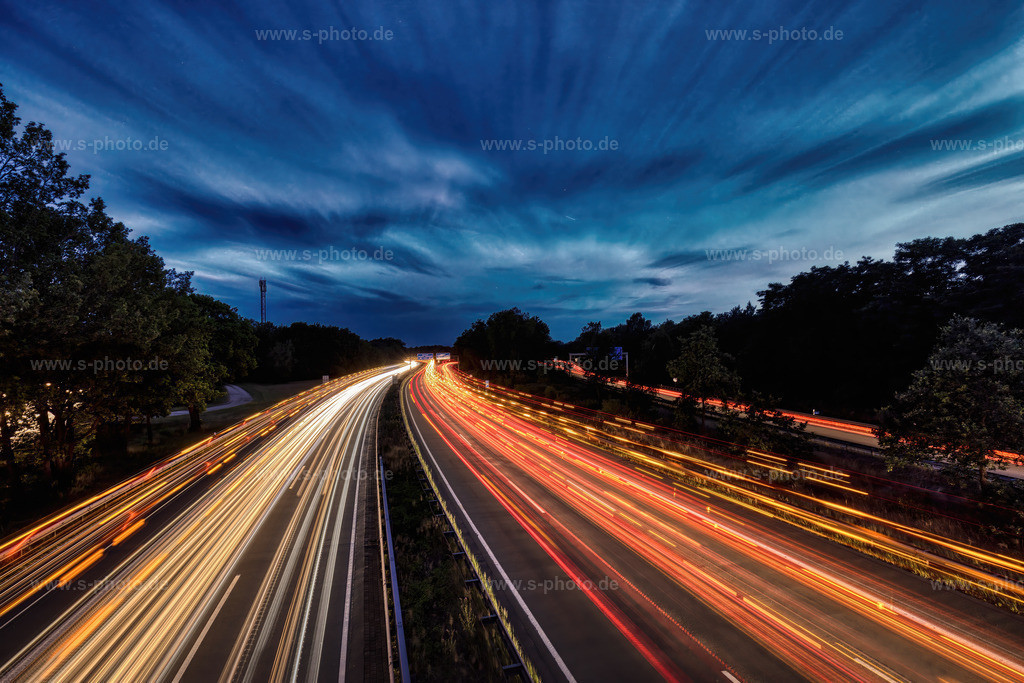 Autobahn - Schwertransporte   Zwei Schwertransporte in beide Richtungen bei der Langzeitbelichtung über der A1 bei Maschen