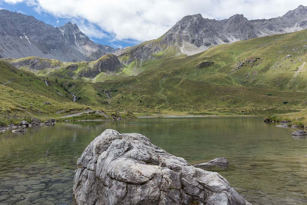 Felsen im See in der Schweiz