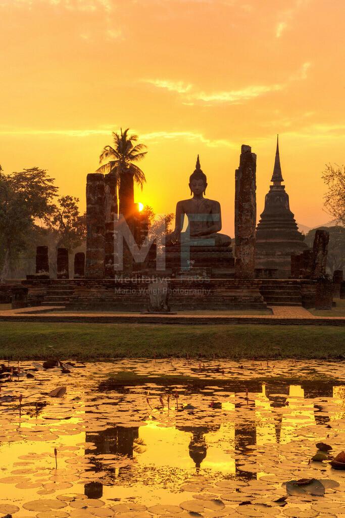 Thailand | Sukhothai Historical Park: Sonnenuntergang hinter einer Buddha-Statue im Wat Mahathat