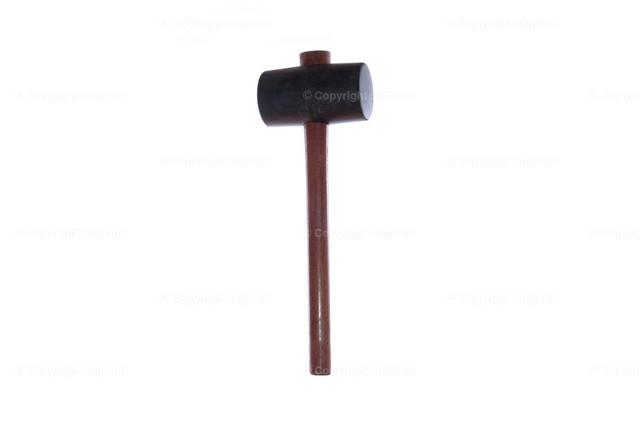 Gummihammer | Ein Gummihammer mit braunem Holzstiel über weißem Hintergrund (isoliert)