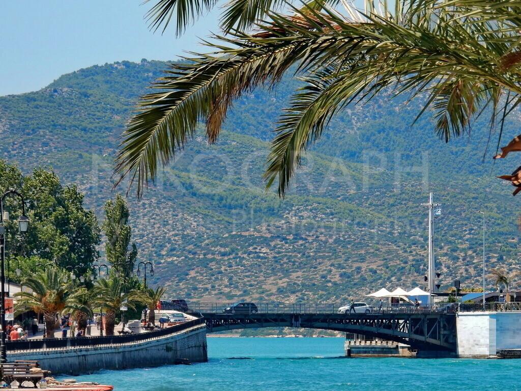 Schwenkbrücke von Chalkida | Die alte Schwenkbrücke von an der Promenade von Chalkida auf der griechischen Insel Euböa. Die Schwenkbrücke verbindet die Insel Euböa mit dem Festland.