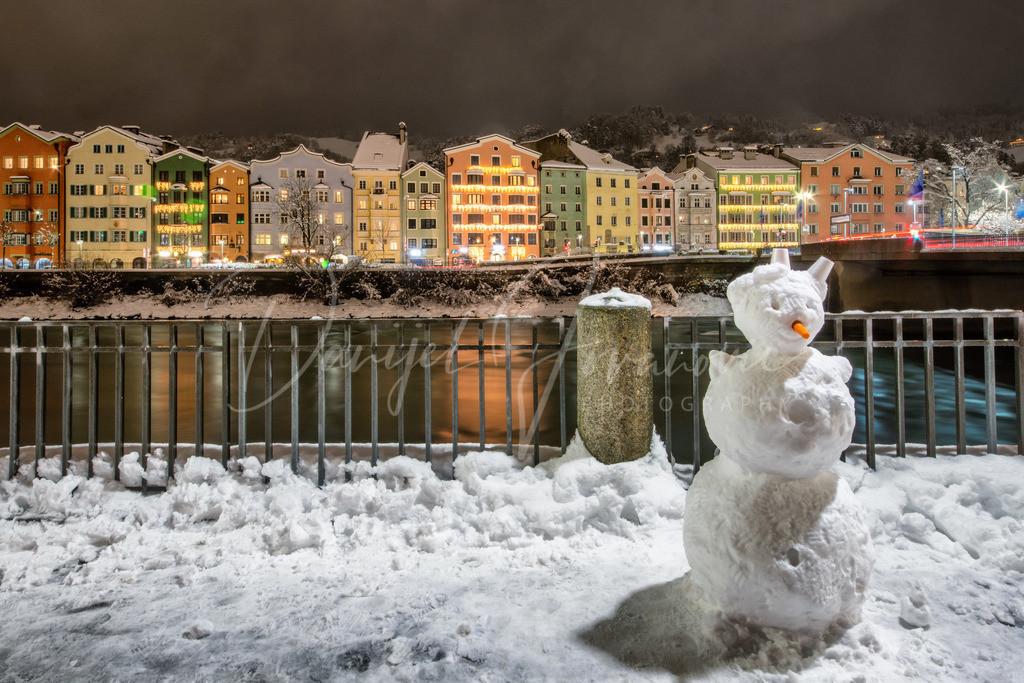 Winter in Innsbruck | Schneemann vor der berühmten bunten Häuserzeile von Mariahilf