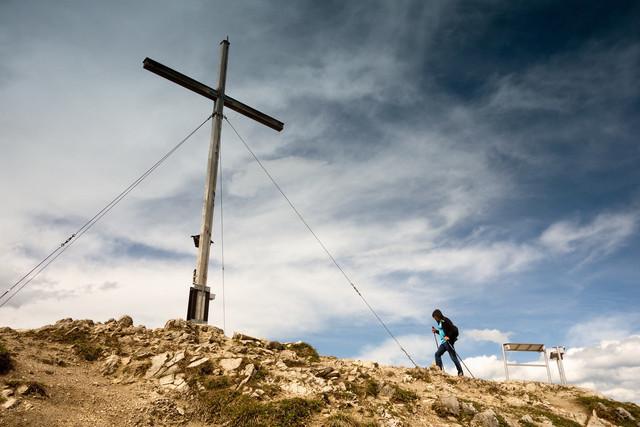 Wanderer am Gipfelkreuz | Auf dem Jochberg am Walchensee