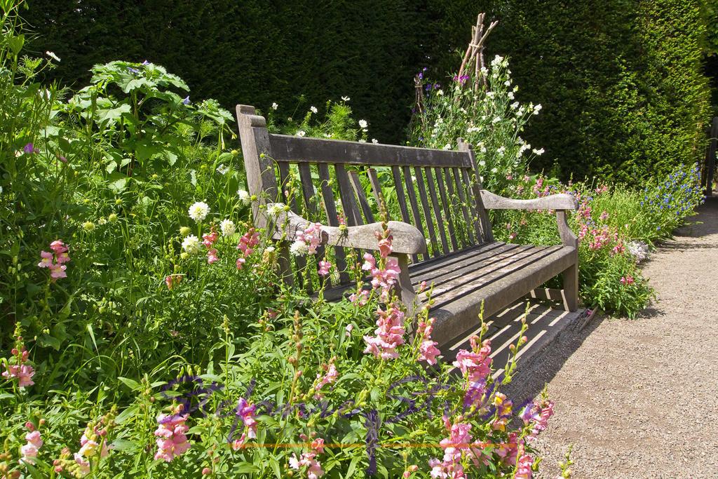 Platz der Ruhe | Bank im Garten