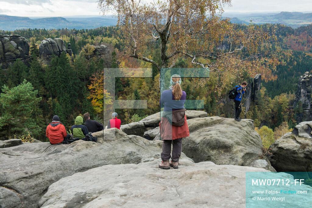 MW07712-FF | Deutschland | Sachsen | Sächsische Schweiz | Blick vom Carolafelsen auf schroffe Felstürme im Herbstwald. Der Felsgipfel Carolafelsen ist ein bei Wanderern sehr beliebter Aussichtspunkt im Elbsandsteingebirge.   ** Feindaten bitte anfragen bei Mario Weigt Photography, info@asia-stories.com **