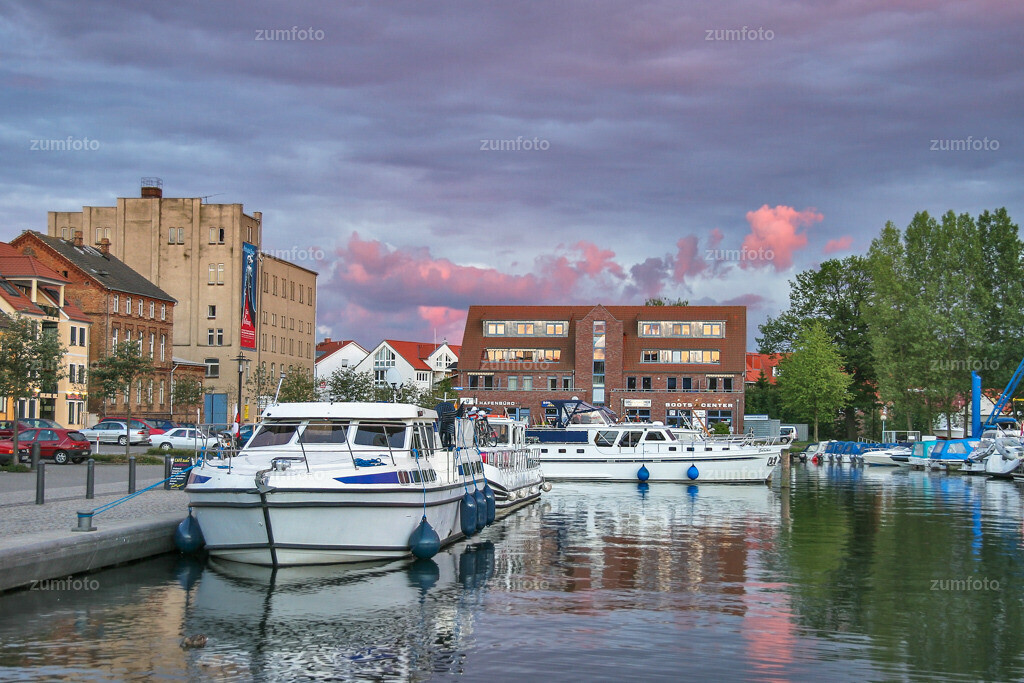 Stadthafen von Waren (Mueritz) mit einem Teil der Mueritzstrasse. | Auf diesem Foto sieht man den Stadthafen von Waren (Mueritz) mit einigen Motorbooten, der Mueritzstrasse