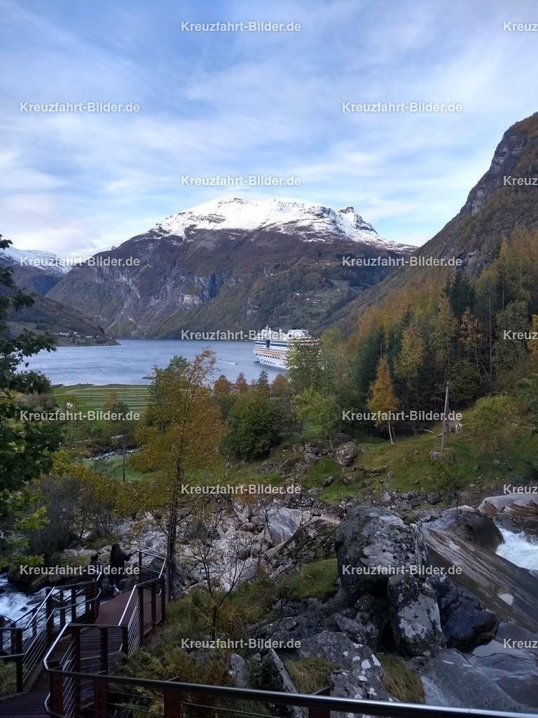 Blick auf den Geirangerfjord | Ein Blick auf den Geirangerfjord vom Wasserfall aus gesehen.