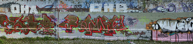 Graffitiwand | Panoramaaufnahme einer langen Graffitiwand.