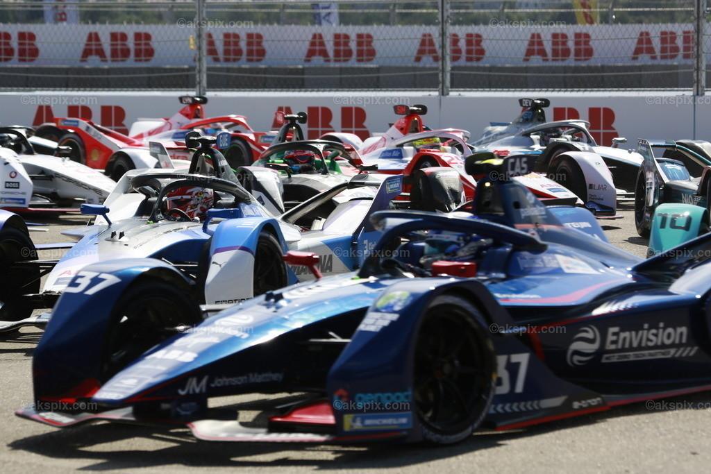 Lucas Di Grassi gewinnt Runde 14. beim BMW i Berlin E-Prix 2021   Lucas Di Grassi vom Team Audi Sport Abt Schaeffler gewinnt Runde 14. beim BMW i Berlin E-Prix presented by CBMM Niobium. Edoardo Mortara (SUI)  vom Team ROKiT Venturi Racing gewinnt den zweiten Platz und Mitch Evans (NZL) vom Team Jaguar Racing gewinnt den dritten Platz. Die Formel E ist am 14. und 15. August zu einem Doppelrennen zum siebenten Mal in Berlin. Die elektrische Rennserie 2020/2021 findet auf dem ehemaligen Flughafen Tempelhof statt. Das Bild zeigt das Rennen.  Der BMW i Berlin E-Prix presented by CBMM Niobium ist das Finale von Saison 7 der ABB FIA Formula E World Championship. Die E Weltmeisterschaft ist zurück in Berlin mit einem Doppelrennen zum Finale der Saison 2020/21.
