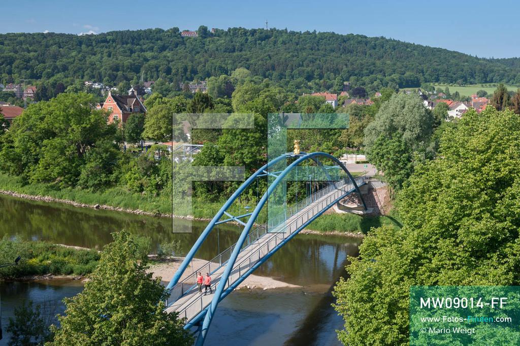 MW09014-FF | Deutschland | Niedersachsen | Hameln | Reportage: Reise entlang der Weser | Der blaue Steg mit der goldenen Ratte verbindet die Hamelner Altstadt mit der Weserinsel Werder.  Die Stadt ist bekannt für das Märchen