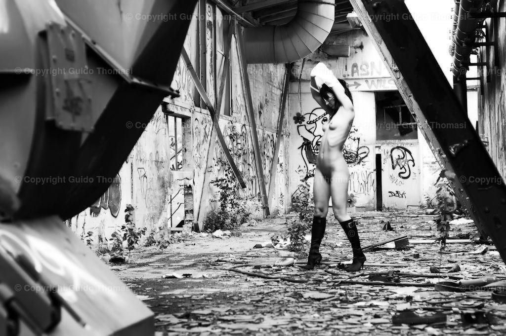 Dead Place Erotik | Diese Bilder entstanden in dem alten Continental Werk Hannover Limmer.  In dem Werk, habe ich circa 10000 Fotos geschossen. Die besten Bilder aus den Shootings sind in meinem ersten Bildband veröffentlicht. ( DEAD  PLACE EROTIC )