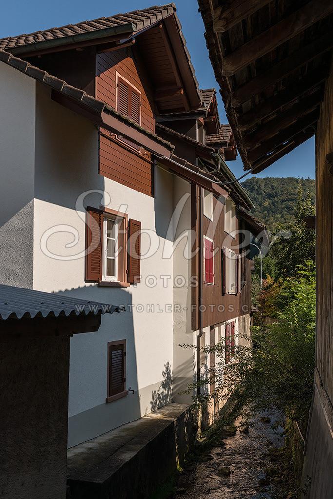 Rüschelbach, Reigoldswil (BL) | Wohnhäuser direkt am Rüschelbach, Reigoldswil im Kanton Baselland.