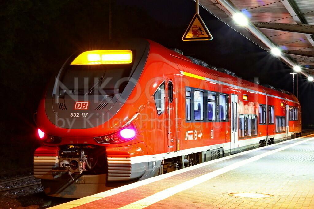 Bahnhof Menden (Sauerland) | Ein Regionalzug am Bahnhof von Menden (Sauerland) bei Nacht.