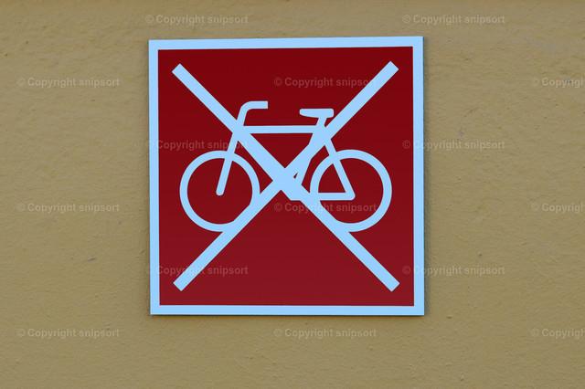 Fahrräder abstellen verboten!  | Rotes Schild mit einem Piktogramm von einem durchgestrichenen Fahrrad.