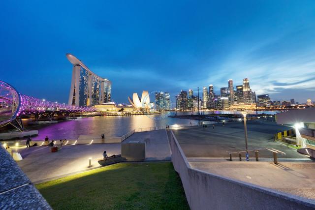 Singapore River Uferpromenade, Helix Bridge, Marina Bay Sands, Downtown Hochhauskulisse   SGP, Singapur, Singapur, 22.02.2017, Singapore River Uferpromenade, Helix Bridge, Marina Bay Sands, Downtown Hochhauskulisse [© 2017 Christoph Hermann, Bild-Kunst Urheber 707707, Gartenstraße 25, 70794 Filderstadt, 0711/6365685;   www.hermann-foto-design.de ; Contact: E-Mail ch@hermann-foto-design.de, fon: +49 711 636 56 85]