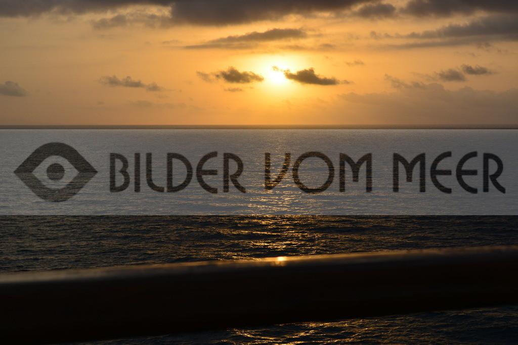 Bilder vom Meer   Sonnenaufgang auf hoher See bei Ibiza