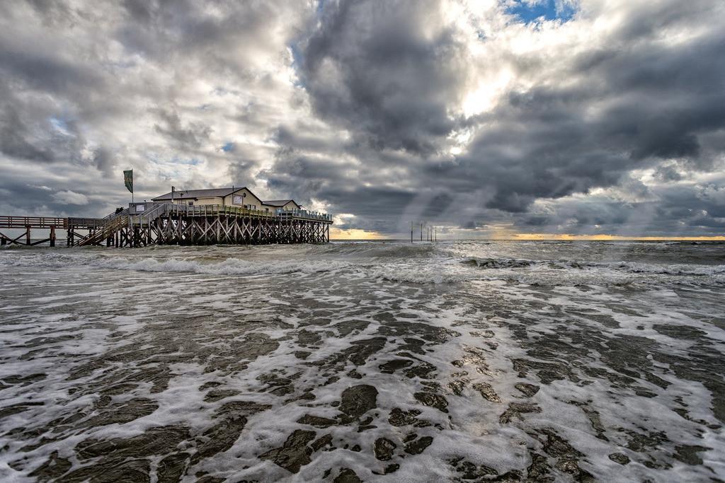 Wolkenhimmel über der Strandbar | Aufschäumende Nordsee in St. Peter-Ording