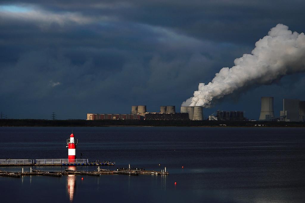 Leuchtturm mit Kraftwerk