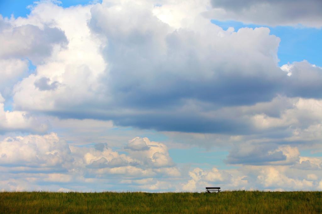 JT-120715-007 | Holzbank auf einem Deich am Rhein, im Orsoyer Rheinbogen. Dramatischer Wolkenhimmel.