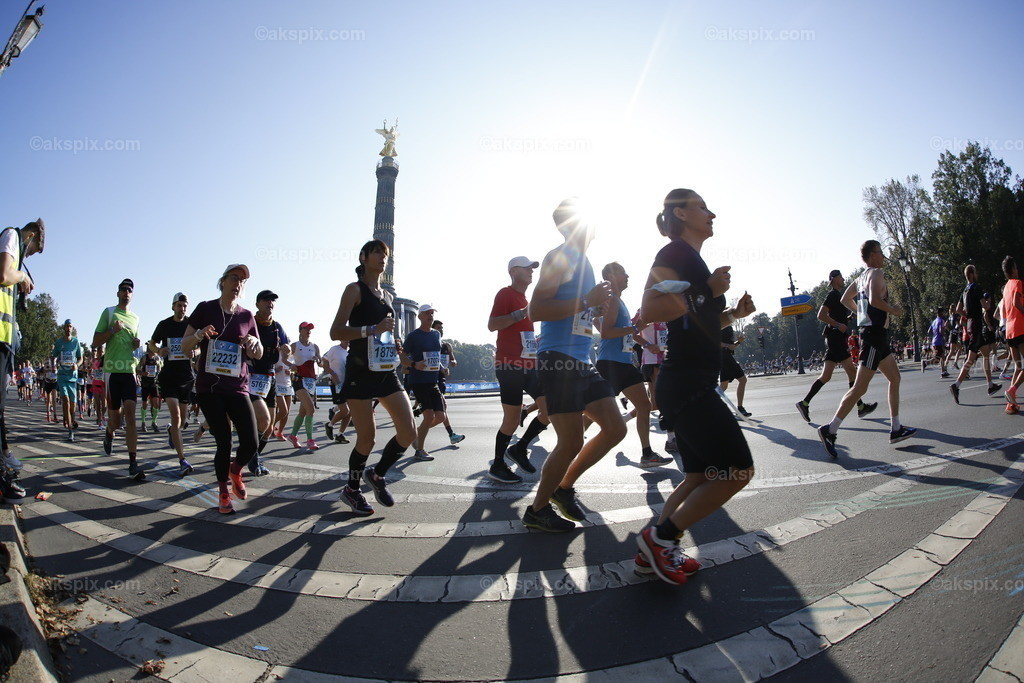 Deuschland: Berlin-Marathon 2021 | 26.09.2021, Berlin, Deutschland. Der Berlin-Marathon am 26. September 2021. Es ist die 47. Ausgabe des jährlichen Berlin-Marathons. Es ist der erste Berlin-Marathons nach Beginn der COVID-19-Pandemie.Das Bild zeigt Läufer an der Siegessäule ind Berlin-Tiergarten.
