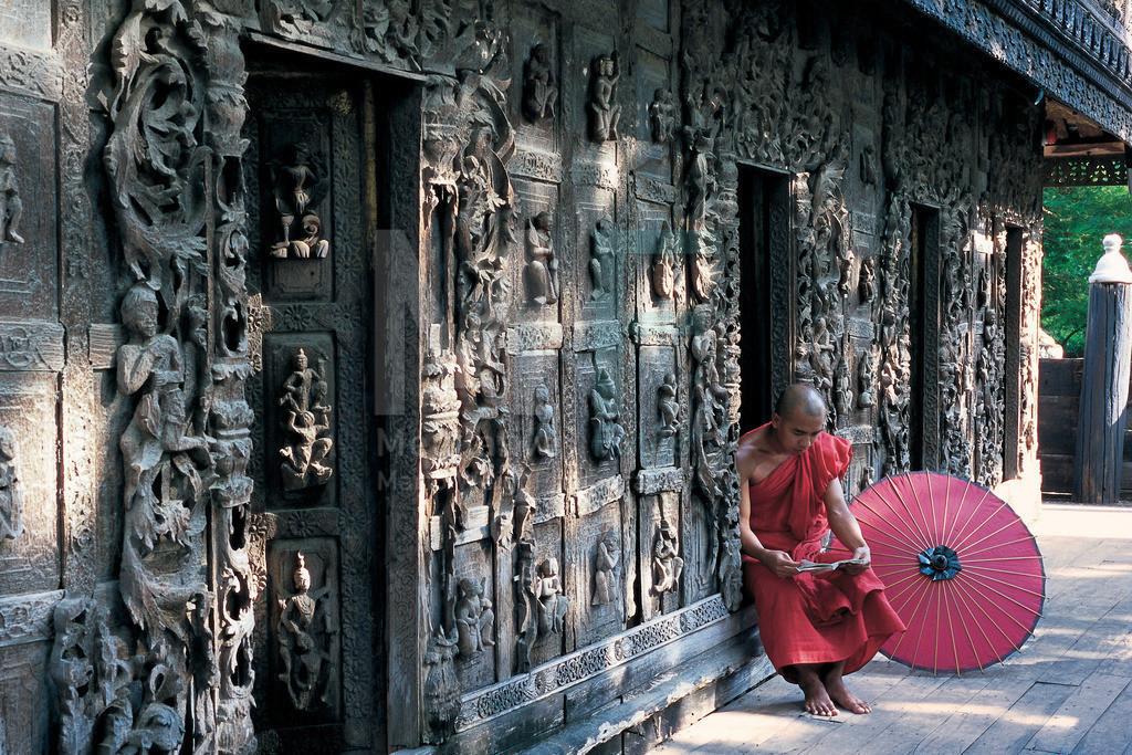 MW0115-04001 | Fotoserie DER ROTE SCHIRM | Buddhistischer Mönch beim Lesen im Teakholzkloster in Mandalay