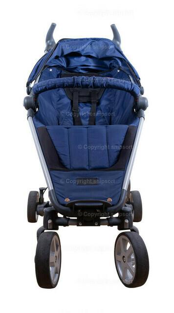 Kinderwagen | Ein blauer Kinderbuggy über weißem Hintergrund (freigestellt)