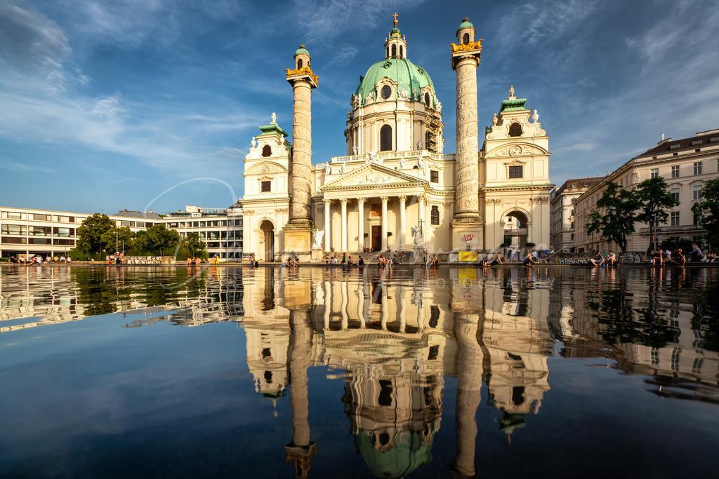 Karlskirche | Wunderbare Spiegelung der Karlskirche in Wien
