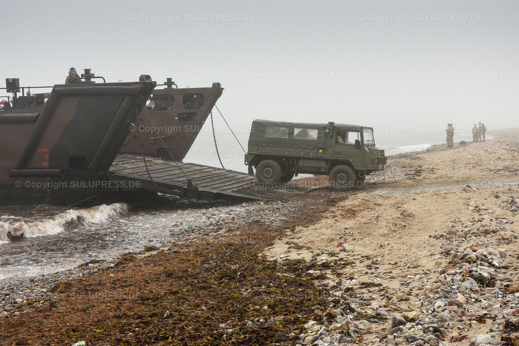LCU Mk 10 L9732 | 11.06.2019, seit Montag dem 10. Juni übt die Britische Royal Navy im Rahmen des Manövers BALTOPS 2019 Amphibische Kriegsführung mit den Landungsbooten der HMS Albion in der nördlichen Eckernförder Bucht in der Nähe des Campingplatzes Gut Ludwigsburg bei Langholz. LCU Mk 10 L9732 mit offener Rampe am Bug.