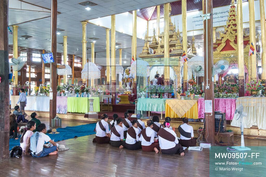 MW09507-FF | Myanmar | Nyaung Shwe | Reportage: Phaung Daw U Fest | Ein Dorfkloster während des Festivals auf dem Inle-See. Frauen beten vor dem Heiligtum mit den vier Buddha-Statuen. Um den Altar häufen sich die Spendengaben.   ** Feindaten bitte anfragen bei Mario Weigt Photography, info@asia-stories.com **