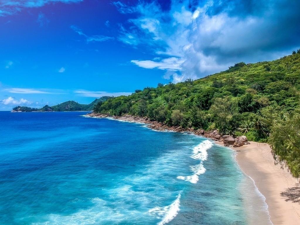 Drohnenaufnahme vom türkisblauen Strand auf den Seychellen | Strand im Norden von Mahe -  Luftbildaufnahme