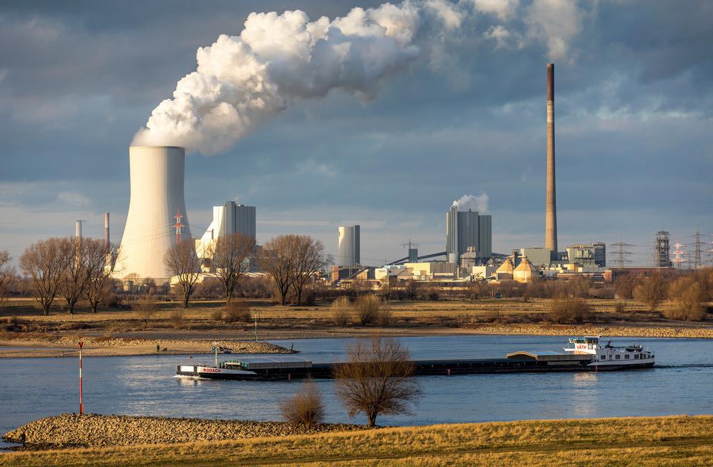 JT-170129-125 | Kühlturm des Kohlekraftwerks Duisburg Walsum, Block 10, spiegelt sich in einer überschwemmten Rheinwiese, Frachtschiff,