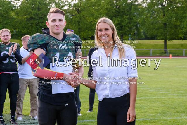 Übergabe von Pokal und Urkunde an den Hochschulmeister 2019